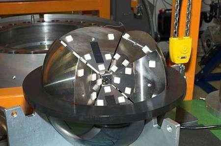 Presse utilisée pour la production de diamant synthétique utilisée par Andrew Stewart. Des enclumes d'acier entourent un cube formé de clavettes incrustées de diamant, qui peuvent comprimer un échantillon aux pressions régnant au centre de Mars. Crédit : Science.