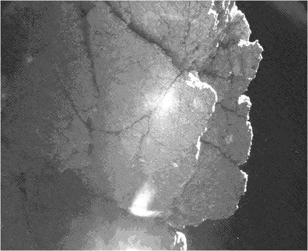 Photographiée par l'une des caméras de Civa, cette paroi se situe juste à côté de l'atterrisseur et lui fait de l'ombre. Elle pourrait le protéger de la surchauffe et lui permettre de survivre jusqu'au périhélie de la comète. © Esa, Rosetta, Philae, Civa