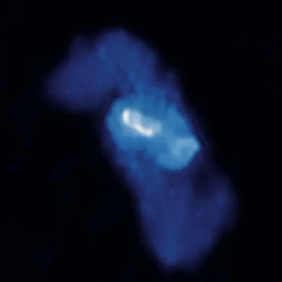 Les observation en radio du VLA (Very Large Array) montrent que 4C +00.58 possède une vaste structure en forme de X. Crédits : rayon x : NASA CXC UMD Hodges-Kluck et al.) ; radio : NSF NRAO VLA UMD Hodges-Kluck et al. ; visible : SDSS