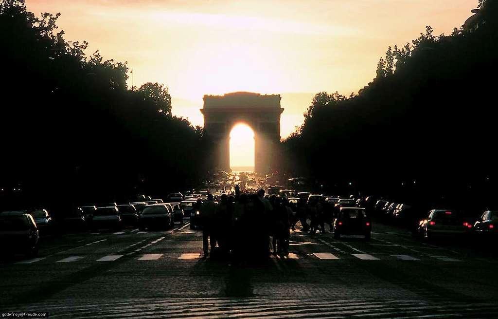 En 1997 les photographes étaient déjà nombreux à guetter le Soleil sous l'Arc de Triomphe. Crédit G. Troude