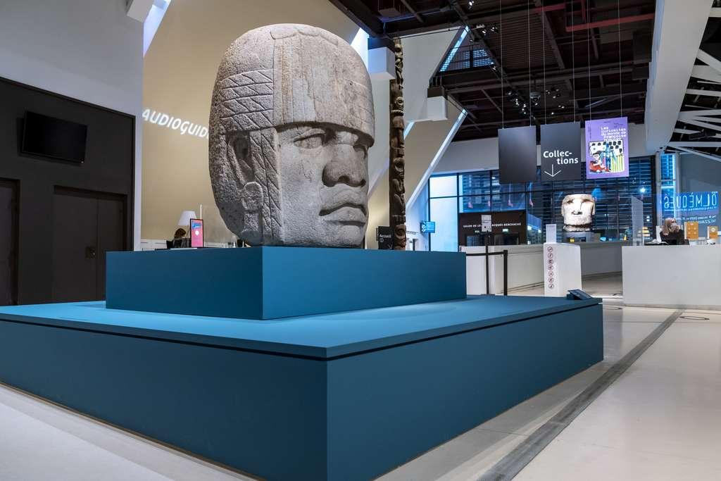 Culminant à 1,80 m de hauteur, cette tête colossale olmèque n'en est pas moins la plus petite jamais découverte ! © Xavier Pierre, musée du quai Branly - Jacques Chirac