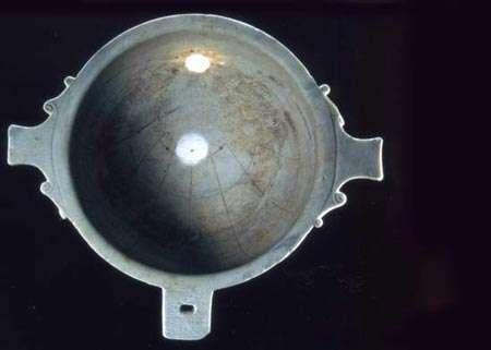 Le scaphè à œilleton est un cadran antique en marbre situé au musée du Louvre. © DR
