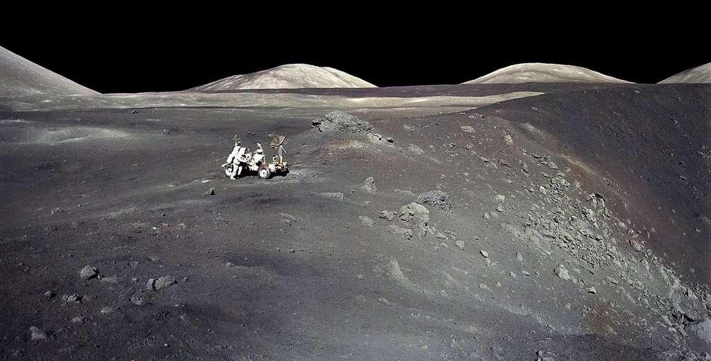 Une vue du cratère Shorty, que l'on pensait d'origine volcanique, et où le fameux « sol orange » a été découvert par le géologue Harrison Schmitt lors de la mission Apollo 17, non loin du site d'alunissage de Taurus-Littrow. © Nasa