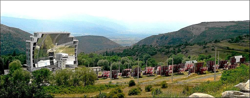 Le four solaire d'Odeillo, dans les Pyrénées-Orientales, de 54 mètres de haut et 48 m de large comprenant 63 héliostats, est un four fonctionnant à l'énergie solaire, mis en service en 1970. © Ian macm, CC by-sa 3.0
