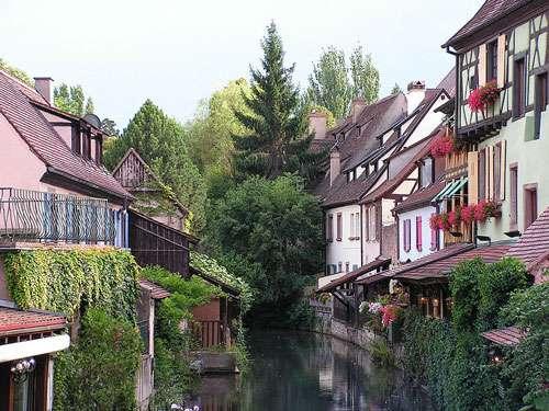 Le tourisme dans le département du Haut-Rhin se fait à travers des villes typiques, comme Colmar et son cours d'eau surnommé la Petite Venise. © Snowdog, Domaine public