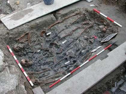 Une des multiples sépultures découvertes et fouillées sur l'île, témoin de la présence de la peste à Venise. © C. Rigeade/CNRS-Univ. Méditerranée