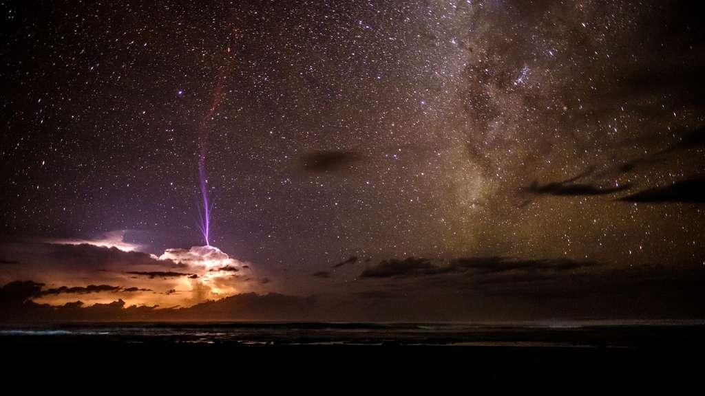 Un rare farfadet produit au-dessus d'un violent orage au loin, au large du Costa Rica. Le jet de lumière se déploie jusque dans la mésosphère. © Ben Cherry, Royal Photographic Society