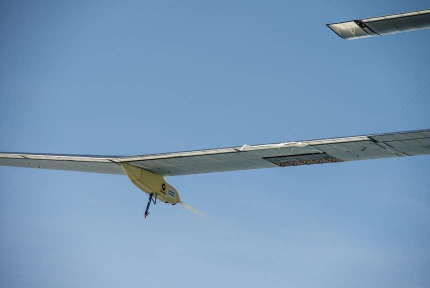 Un morceau de toile manque sur la partie inférieure de l'aile gauche. Un hélicoptère a pu s'approcher suffisamment pour évaluer les dégâts. Conclusion : on continue. © Solar Impulse, Revillard, Rezo.ch