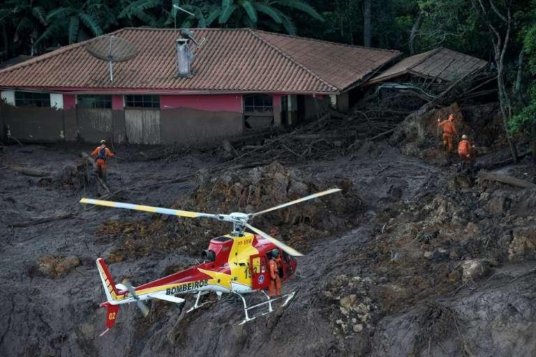 Le 27 janvier 2019 à Brumadinho, au Brésil, des pompiers recherchent les corps des victimes de la coulée de boue survenue à la suite de la rupture d'un barrage minier. © Douglas Magno - AFP