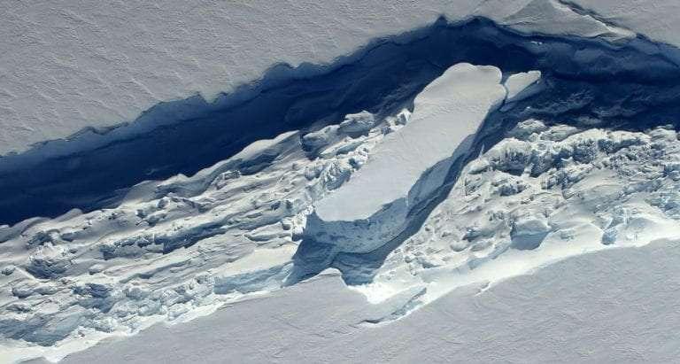 Des morceaux de banquise, de la neige soufflée par le vent et de l'eau de mer gelée. C'est ce mélange fondant qui traditionnellement comble les failles qui se creusent dans la glace de l'Antarctique. Mais avec le réchauffement climatique, ce mélange s'amincit et perd non seulement en efficacité, mais aide même à former des icebergs toujours plus grands. © Beck, Nasa, Opération IceBridge