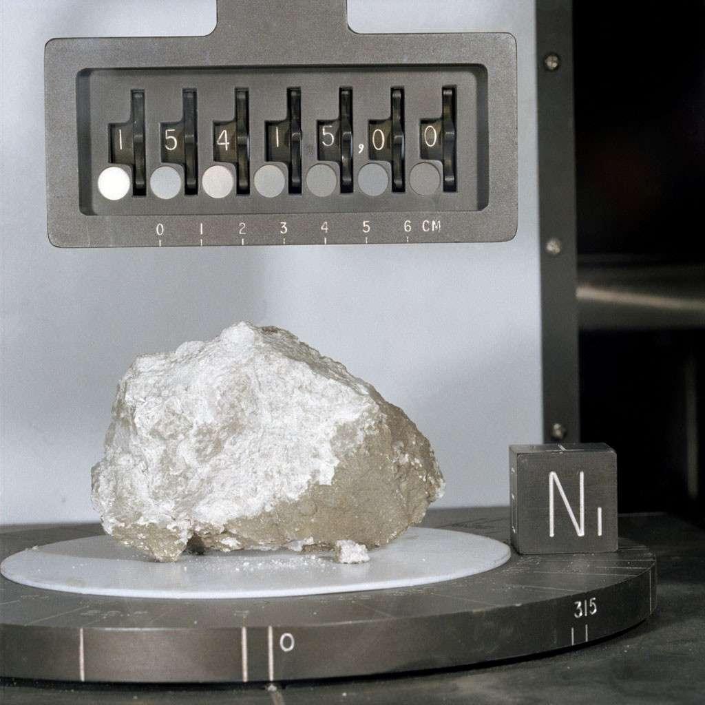 La pierre de Genèse, vieille de plus de 4 milliards d'années, fut découverte par Scott au cours d'une des trois sorties effectuées sur la Lune par l'équipage d'Apollo 15. © Nasa
