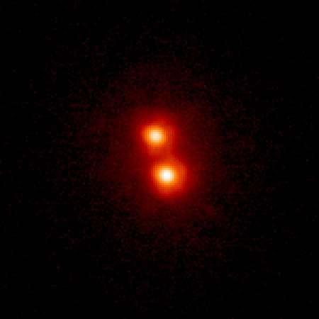 2MASS 1534-2952AB, observée en infrarouge, orbitant autour d'une étoile de type solaire à droite. Crédit : Dr. Michael Liu (Institute for Astronomy, University of Hawaii)