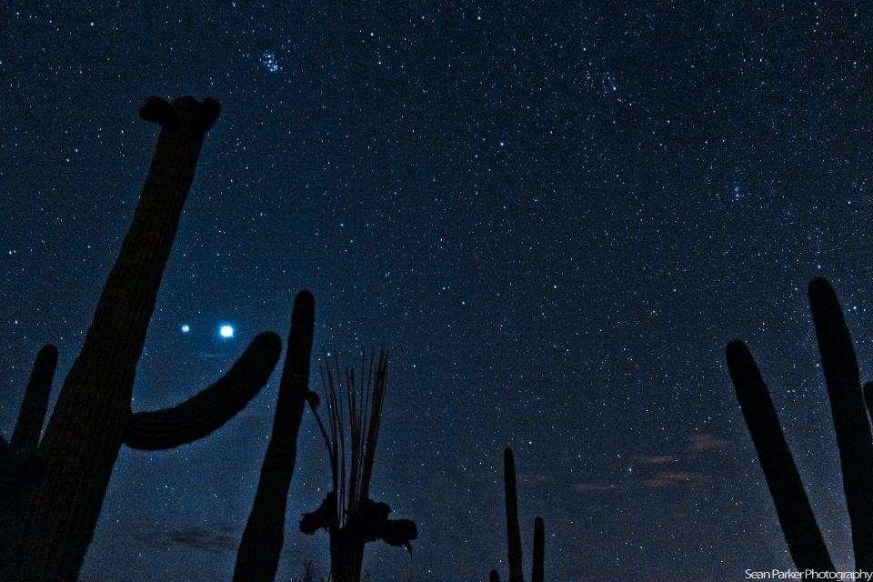 Le ciel pur de l'Arizona a permis d'immortaliser la conjonction Jupiter-Vénus du 14 mars au milieu des étoiles, une fois la nuit tombée. © Sean Parker