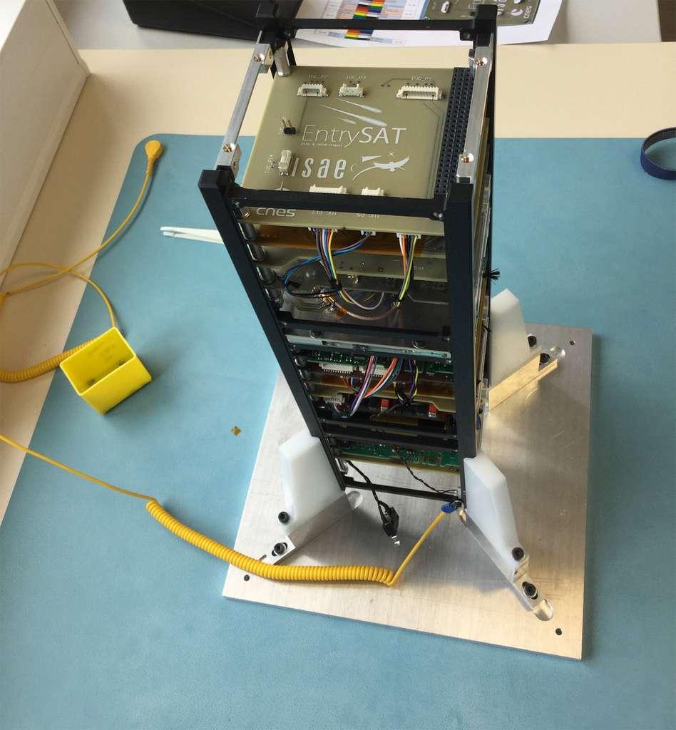 Intégration des 3 unités, qui forment EntrySat, dans la salle blanche de l'Isae-Supaero (mars 2018). Le satellite embarque une petite charge utile composée de capteurs de pression, de thermocouple, de capteurs de flux, d'un GPS et d'une centrale à inertie. © Isae-Supaero.