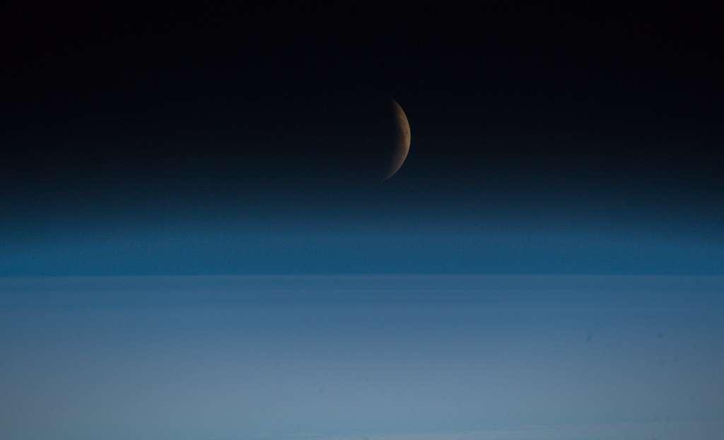 La Lune retrouve doucement sa blancheur d'ivoire au-dessus du sfumato de l'atmosphère terrestre. © ESA, Nasa