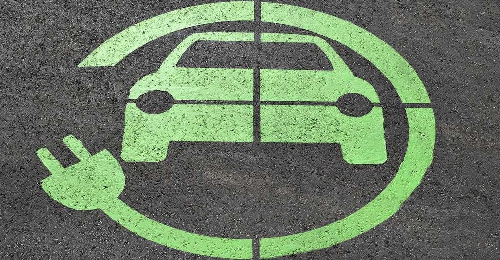 Lorsqu'une voiture électrique est immobilisée pour une longue période, il n'est pas conseillé de la laisser branchée en permanence. Idéalement le niveau de charge ne doit pas être inférieur à 35 %. © paulbr75, Pixabay, CC0 Public Domain