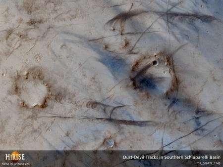 Cette image fournie par Hirise montre des traces laissées par des tourbillons de poussières géants sur Mars, des « dust devils ». Cliquez pour agrandir