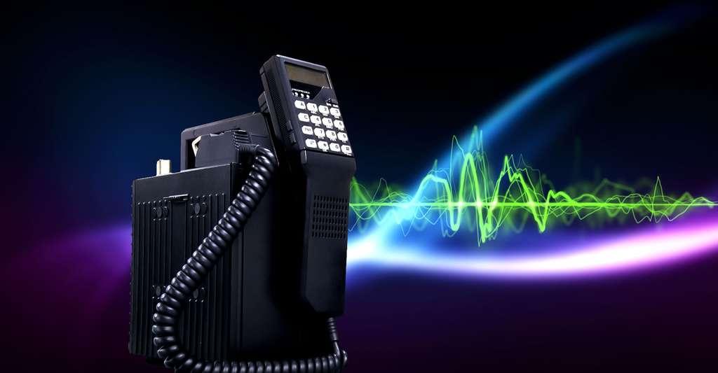Le Mobira Talkman de Nokia est sorti en 1984. Il n'est pas tout à fait portable (en dépit de sa poignée) mais mobile, notamment parce qu'il se transporte facilement en voiture. © Nokia