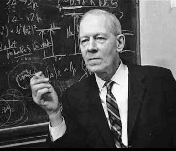 Robert Mulliken (1896-1986) est un physicien et chimiste américain principalement connu pour ses travaux sur le concept d'orbitale moléculaire et de la liaison chimique quantique. Il a obtenu le prix Nobel de chimie en 1966 pour ses travaux expliquant la structure des molécules. © AIP