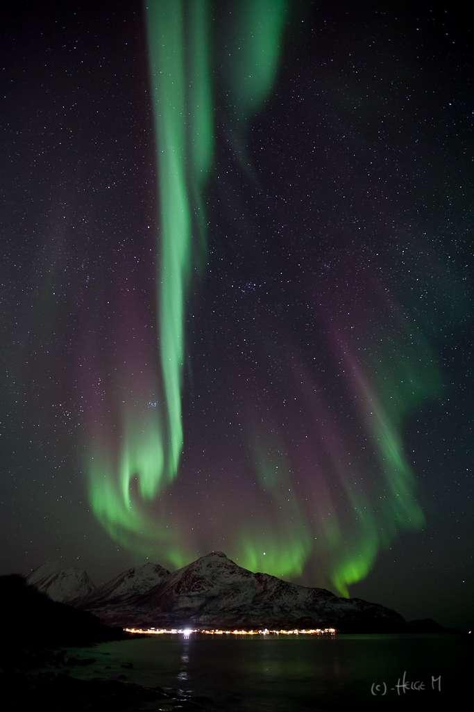 Grand spectacle au-dessus des fjords norvégiens. © Helge Mortensen