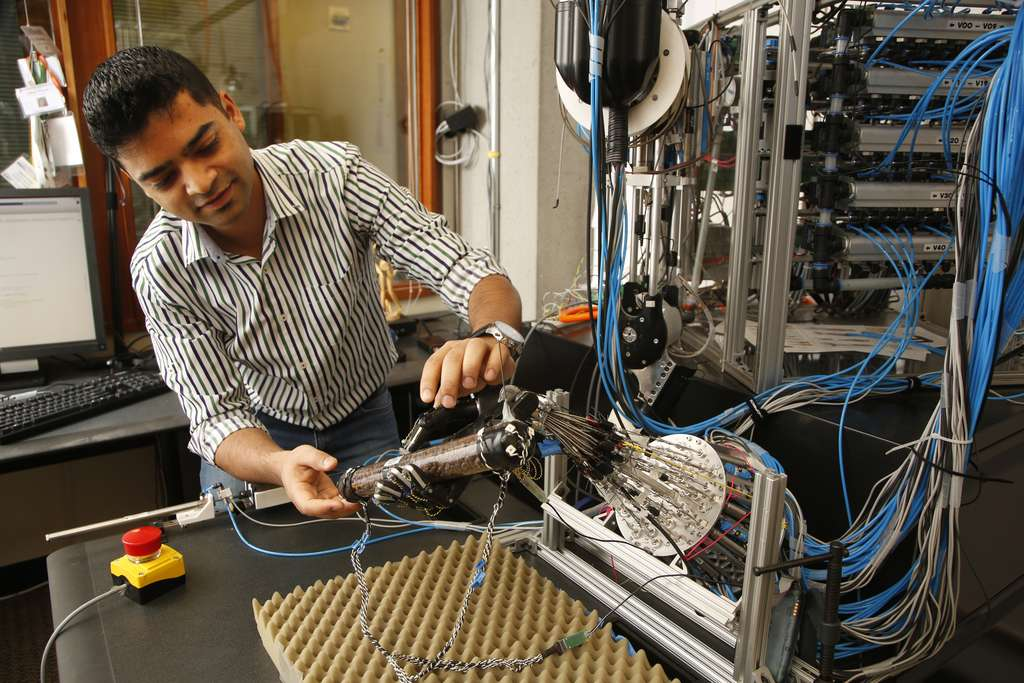 La main robotisée dispose de 24 degrés de liberté qui sont actionnés par une quarantaine de tendons dépendant d'un système pneumatique. © University of Washington