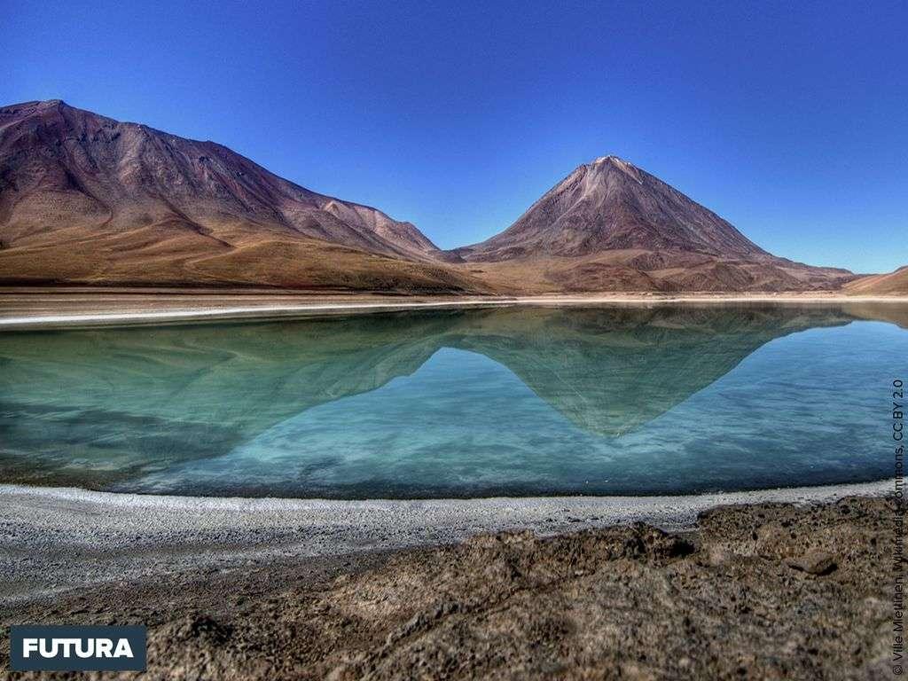 Chili : Laguna Verde lac hypersalin de montagne à 4 200 mètres d'altitude région d'Atacama