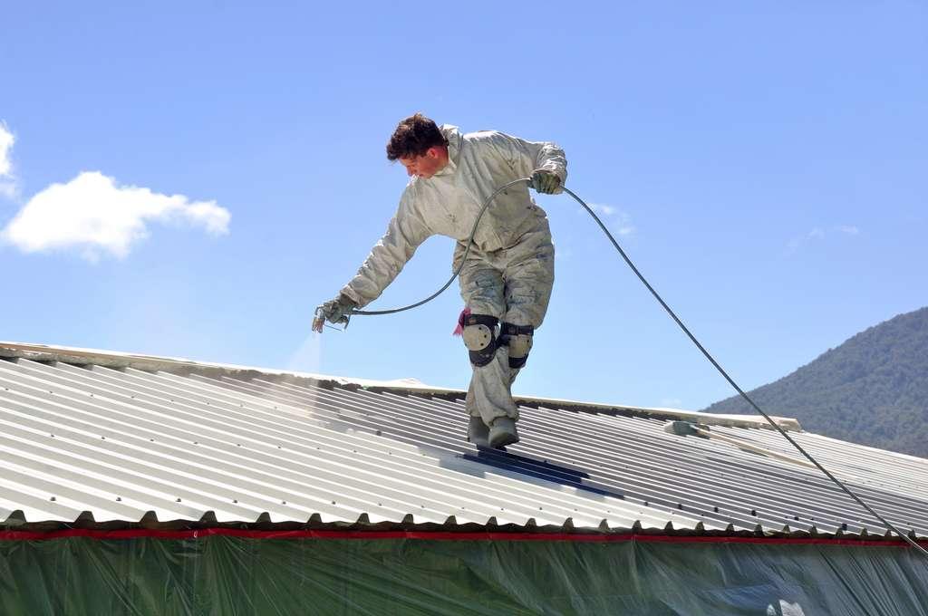 Les peintures réfléchissantes s'appliquent manuellement ou par pulvérisation sur membrane d'étanchéité (toit-terrasse…) et sur la plupart des matériaux de couverture, préalablement nettoyés et démoussés. © Quickwall