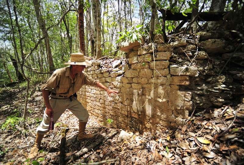 Ivan Sprajc devant l'un des murs découverts sur le site Maya de Chactún, 120 km à l'ouest de la ville de Chetumal, un ancien port Maya. © Inah
