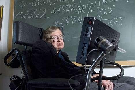 Stephen Hawking devant un tableau couvert d'équations de théorie quantique des champs. © IOP-Channel 4