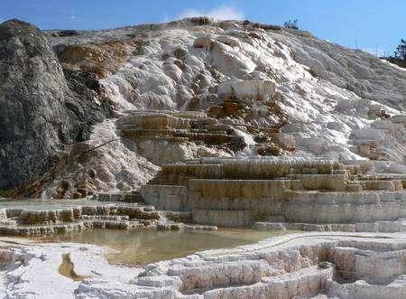 La source de Mammoth à Yellowstone et ses terrasses de travertin. Cliquez pour agrandir. Crédit : David Monniaux