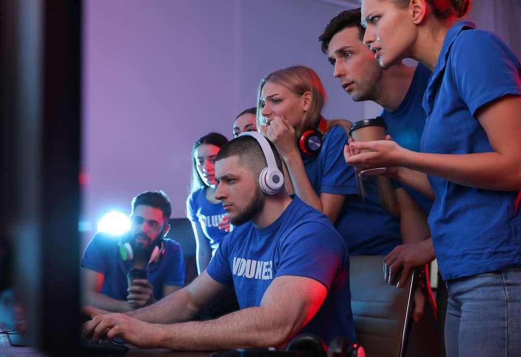 Des pros gamers, réunis en équipe, se défient lors de tournois de eSport. © New Africa, Adobe Stock