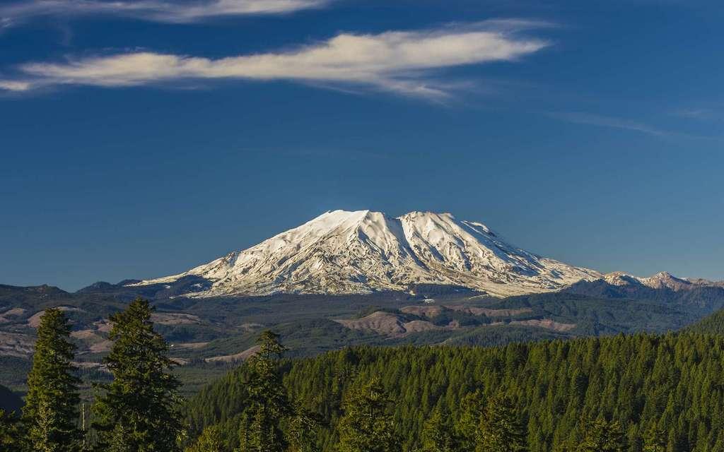 Le mont Saint Helens, dans l'État de Washington aux États-Unis, dont l'éruption cataclysmique de 1980 avait provoqué l'effondrement entier de l'un de ses pans. © Krzysztof Wiktor, Adobe Stock