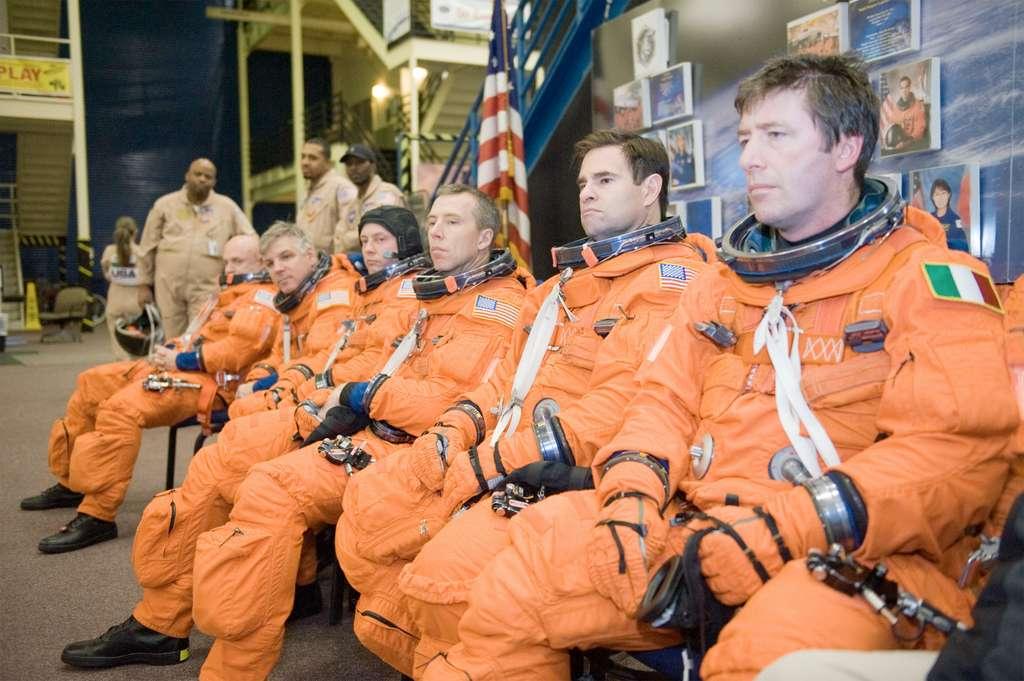 Les six membres de l'équipage STS-134 dont l'astronaute italien Roberto Vittori de l'Agence spatiale européenne. © Nasa