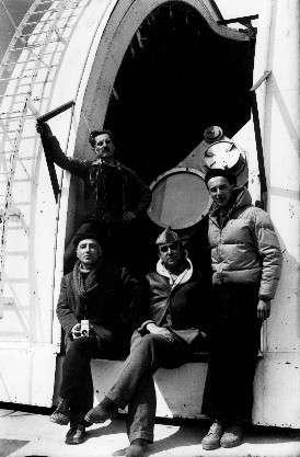A. Dollfus (à droite) en 1956 devant l'une des coupoles de l'Observatoire du Pic du Midi. Crédits OPMT