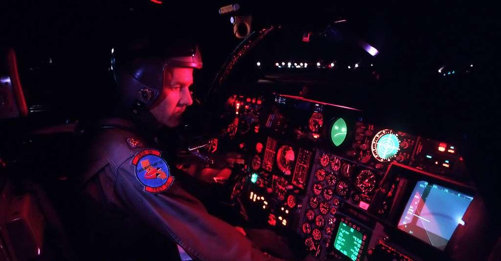 MAJ Stephen R. Webber verifiant le cockpit d'un F-111. © Ken Hackman Domaine public
