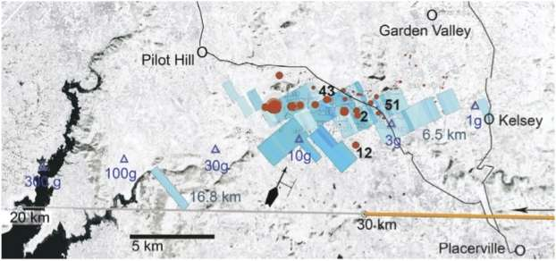 Les derniers instants de la trajectoire (en orange) suivie par l'astéroïde, devenu la météorite de Sutter's Mill, au-dessus de la Californie. Le contact radar a été perdu à 30 km d'altitude. L'objet de 40 t a alors violemment explosé, secouant les vitres et les murs alentours, avec une puissance estimée au quart de celle de la bombe d'Hiroshima. Les multiples débris, de petite taille, ont ensuite été fortement déviés par le vent et sont tombés dans les secteurs indiqués en bleu. Les points rouges montrent les lieux où des fragments ont été retrouvés. © Peter Jenniskens et al., Science