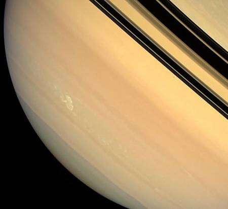 Cette image prise le 4 mars 2008 depuis une distance de 1,3 million de km a été réalisée en combinant les filtres rouge, vert et bleu de la caméra grand angle de Cassini et est fidèle à la réalité telle que l'apercevrait l'œil humain. Crédit : Nasa/JPL