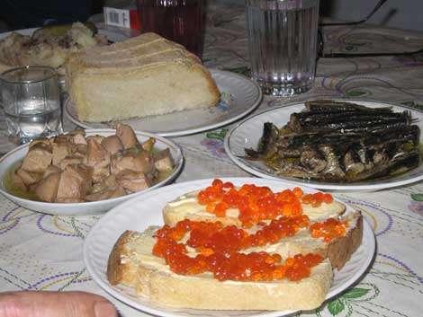 Caviar rouge, poissons fumes-salés, nourriture de fete pour acceuillir l'expédition © Marie Rouvillois - Reproduction ou utilisation interdites.