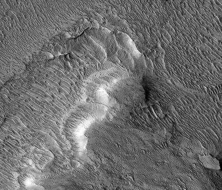 Cette image d'environ un kilomètre de base prise par l'instrument HiRise à bord de Mars Reconnaissance Orbiter de la Nasa montre un écoulement en delta formé par la rivière Nanedi dans le fond d'un cratère anonyme des Hautes terres de Xanthe. Les couches d'alluvions horizontales empilées sont épaisses de seulement quelques mètres chacune. Le reste de la surface est maintenant caractérisé par des dunes sculptées par le vent martien. Crédit Nasa