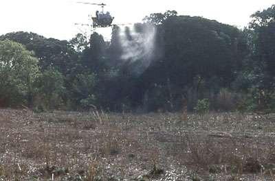 Photo : 43 - Épandage d'insecticides par hélicoptères pour couvrir rapidement de grandes surfaces (galeries forestières) lors d'épidémie de maladie du sommeil. Méthode également abandonnée en raison du coût et des risques environnementaux. © Gérard Duvallet