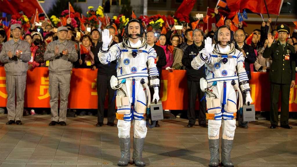 Deux taïkonautes s'apprêtent à monter à bord d'une capsule Shenzhou. © Reuters, China Daily
