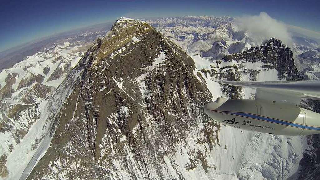 Au centre, le mont Everest, alias Chomolungma, observé depuis le motoplaneur Stemme S10-VTX, avec le Lhotse à droite (sommet à 8.516 m). Sous l'aile de l'appareil, on distingue le « pod » qui abrite le système de caméras Macs. Les images enregistrées durant le vol sont ensuite traitées sur ordinateur pour réaliser une cartographie 3D. Il s'agit ici d'une expérimentation. © Klaus Ohlmann