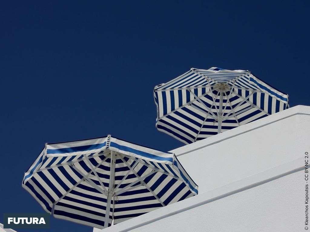 Eté : parasols et ciel bleu