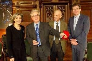 Albert Fert n'en est pas à sa première récompense. En 2003, il recevait la Médaille d'or du CNRS. On le voit ici, le 8 janvier 2004, lors de la cérémonie de remise de son prix, entouré, à sa droite, de Claudie Haigneré, alors Ministre déléguée à la recherche et aux nouvelles technologies et, à sa gauche, de Gérard Mégie, président du CNRS (décédé en juin 2004) et Bernard Larrouturou, alors directeur Général du CNRS. © Xavier Pierre/CNRS