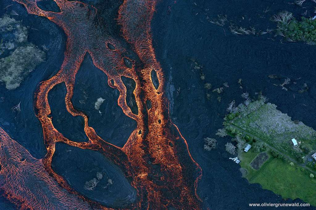 L'activité du volcan Kilauea est permanente depuis 1983. De nombreuses phases ont amené des coulées de lave brûlant sur leur passage végétation et cultures. © Olivier Grunewald, tous droits réservés.