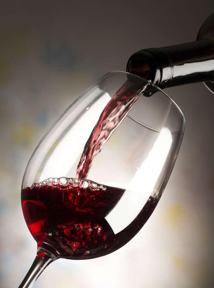 Le vin rouge, consommé avec modération le soir, est bénéfique pour la santé cardiovasculaire. © Mauro Pezzotta, shutterstock.com