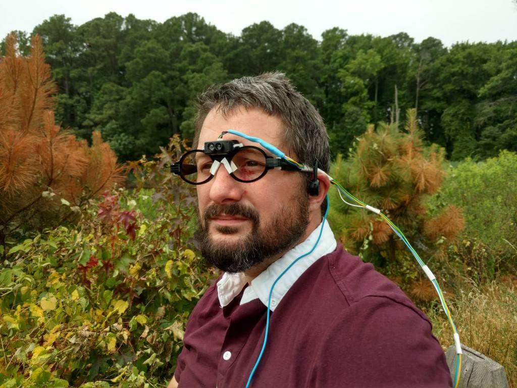 Le curieux appareillage d'Andrew David Thaler se compose d'un Lidar et d'une paire d'écouteurs à conduction osseuse. ©Andrew David Thaler