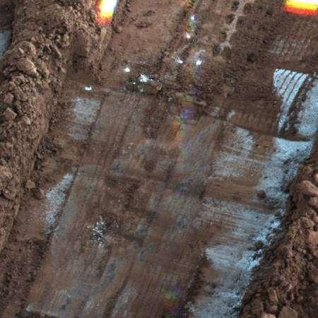 De la glace forme le fond de cette excavation. Elle se sublimera en quelques jours. Crédit Nasa/JPL