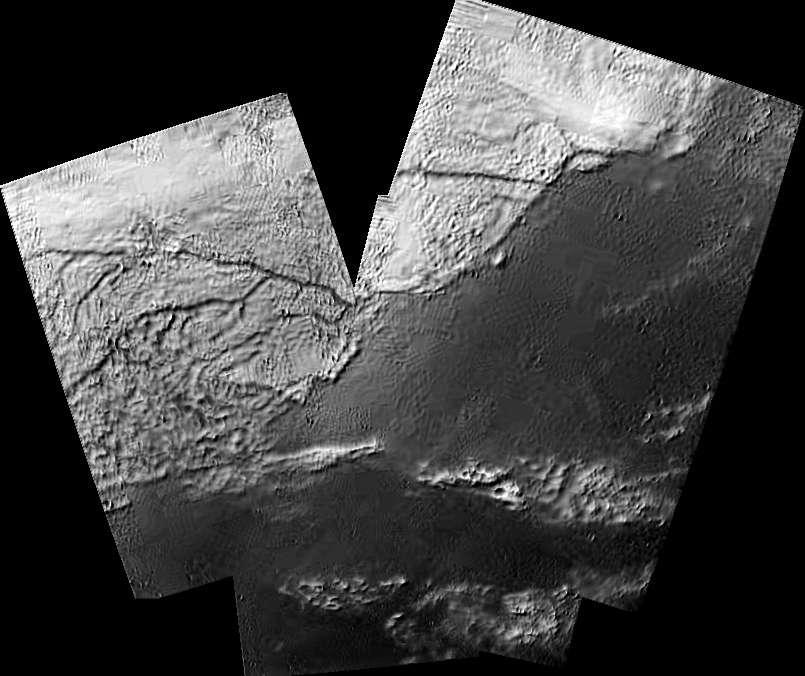 14 janvier 2005, Titan, 16 km au-dessus de la surface. Le module Huygens est en train de descendre sous parachutes. Cette image montre un réseau de rivières et de fleuves, alimentant des lacs, voire des mers. Ce n'est pas de l'eau (il fait -180° au sol), mais du méthane (plutôt que de l'éthane, la question se posait avant cette exploration). Les astronomes sont surpris. « On n'y comprend rien » dira André Brahic, présent à une soirée publique à la Cité des sciences et de l'industrie au moment de l'arrivée de ces images, en direct et en public. © JPL, ESA