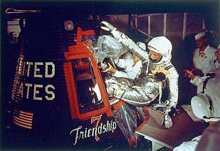 John Glenn pénètre dans sa (minuscule) cabine. Crédit Nasa